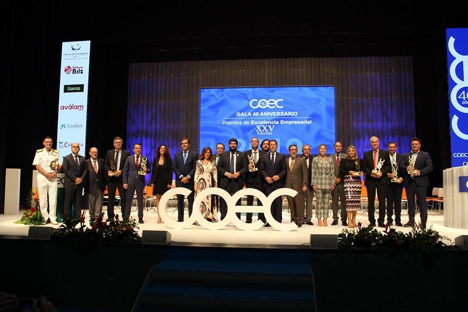Foto de los premiados con la directiva y los cargos políticos